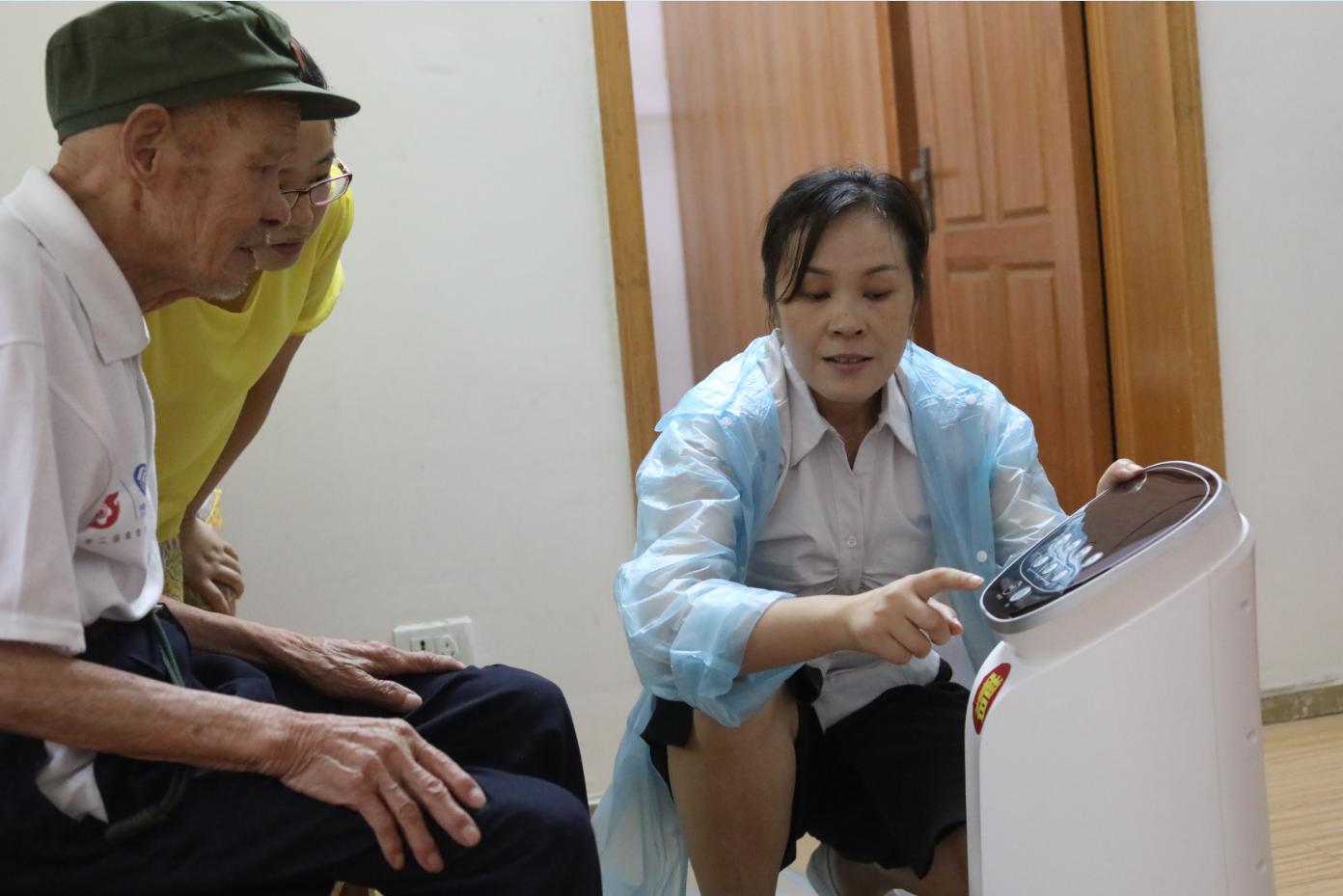 海之源程霞经理向詹老及其家人介绍高潜能健康器